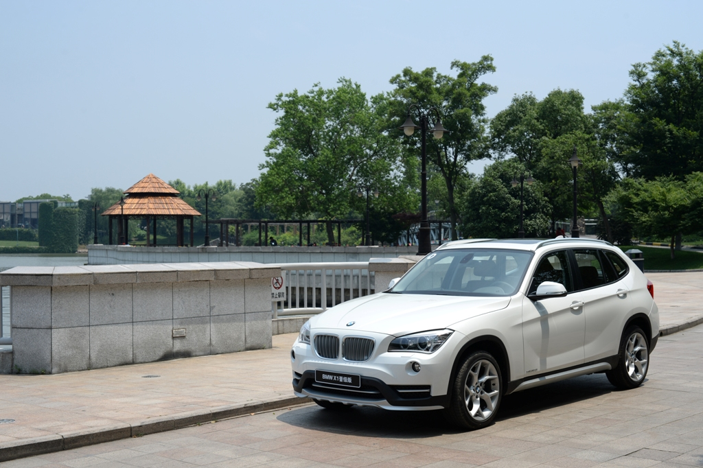 01. BMW X1晋级版-矿石白.JPG