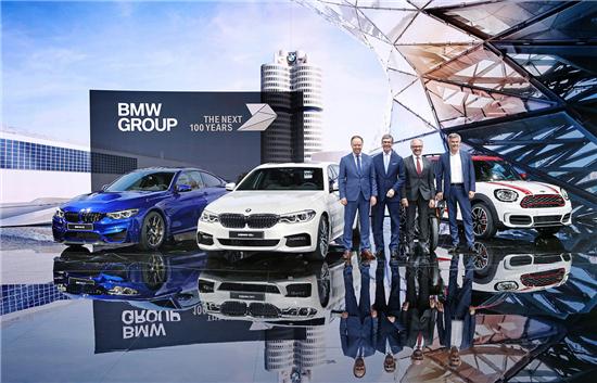 合影   作为宝马家族的主力车型,第六代BMW 5系在中国的累计销售突破80万辆,在此基础上,全新BMW 5系Li将以更强的产品竞争力继续推动宝马集团在中国市场的持续增长。   全新BMW 5系Li将BMW品牌最新的设计语言、高效动力技术与高科技的数字化融为一体。同时,得益于BMW智能轻量化的先进技术,全新BMW 5系Li应用了超过30种钢材和铝材,较前代最大减重130公斤,车辆更加轻盈,操控更加敏捷,乘坐更加安全舒适。新车型在开发之初,就充分考虑了中国客户的实际需求,深入地将创新基因根植于以客户为导向