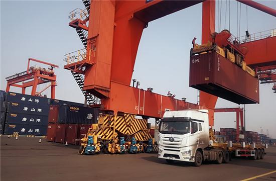 一汽解放智能港口车在京唐港成功完成了国内首次量产级别无人集卡长时间连续作业任务.jpg