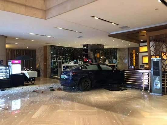 """特斯拉又""""失控""""了,杭州一辆Model 3撞入酒店大堂 所幸未造成人员伤亡"""