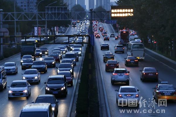 DF1811021北京南三环车流彭博交通出行傍晚高峰堵车.jpg
