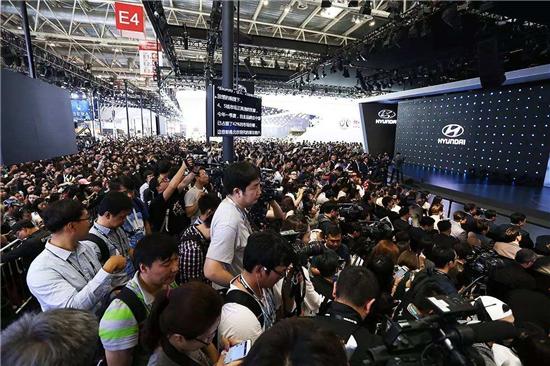 权志龙亮相北京现代展台现场一片混乱.jpg