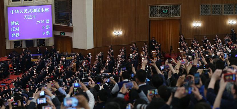 现场图:习近平全票当选为国家主席、中央军委主席
