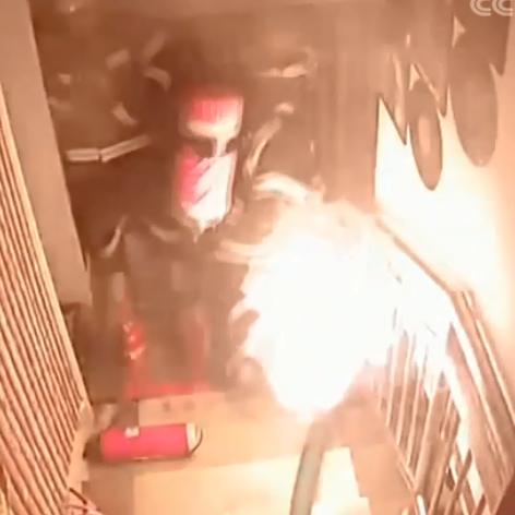 """消防员抱""""火罐""""转移"""