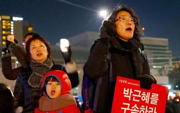 韩国民众第七轮集会 要求朴槿惠立即下台