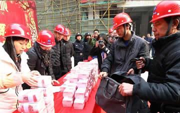 西安一工地发放1200万工资奖金 工人用旅行包装
