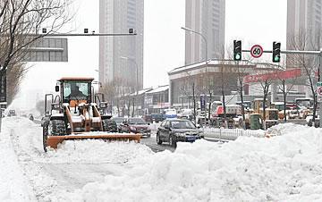 辽宁迎今年以来最强降雪 铲车出去清理积雪