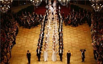 维也纳歌剧院举行年度舞会 场面盛大奢华