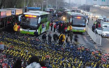 北京上千共享单车围住公交车站 公交进站难
