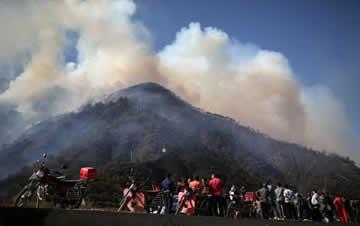 村民上坟引发山火 直升机浓烟中紧急灭火