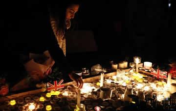 英国伦敦:烛光悼念恐怖袭击遇难者