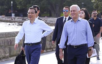 李克强与澳大利亚总理悉尼湾散步