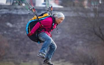 吉林一老太年近古稀爱上滑翔伞