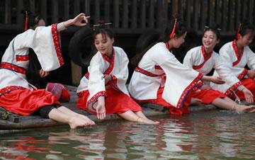 江苏常州淹城重现上巳节古风 汉服美女