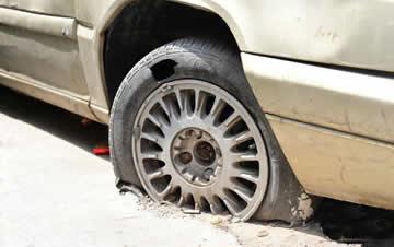 郑州一僵尸车十几年未挪窝 车轮被砌进水泥地