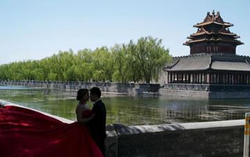 北京天气晴好 情侣故宫外拍摄婚纱照