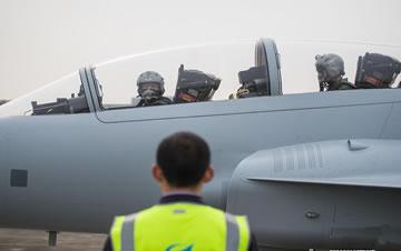 枭龙双座战斗教练机成功首飞 研发时已获国外订单