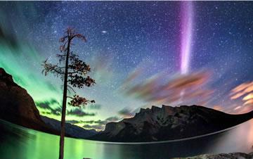 北极光发烧友在加拿大捕获奇异光束