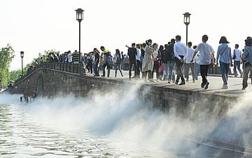 """杭州:西湖断桥再启""""仙雾""""飘渺景"""