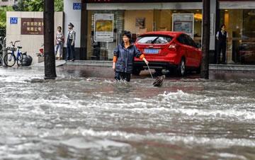 广州暴雨来袭 市区多处成泽国