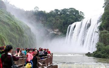 贵州黄果树进入丰水期 游人争相围观大瀑布