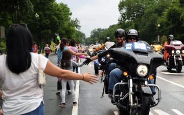 """华盛顿举行""""滚雷""""摩托车游行"""