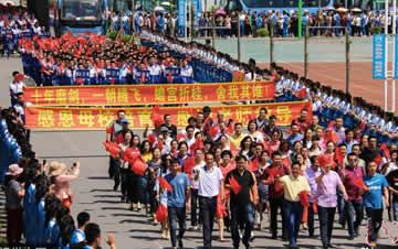 小镇22年百里送考成盛大节日 三万乡亲沿路壮行