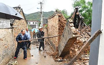 北京大雨老旧房屋倒塌 村民雨中协力消除隐患
