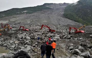 四川茂县山体垮塌现场救援持续