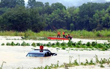 江西三名村官救灾时被洪水冲走