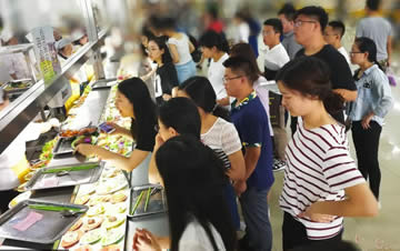 长春一大学食堂花20万请客 毕业生吃免费晚餐