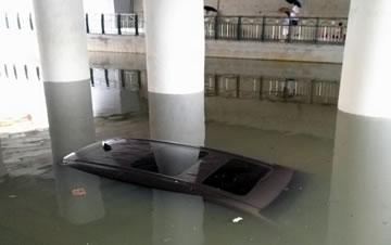 桂林暴雨袭城致多处内涝 车辆被泡