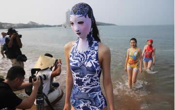 第七代脸基尼亮相 带刺绣泳帽和青花瓷图案