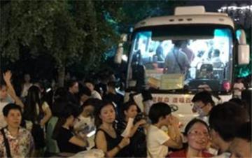 爆燃事故后的杭州温度:晚九点市民仍排队献血