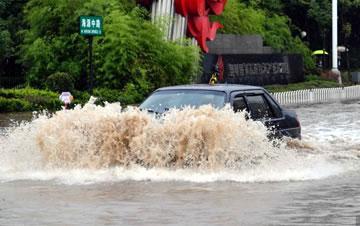 昆明持续降雨 城区多处路段被淹