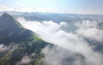航拍贵州紫云布依族村寨大雾似仙境