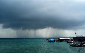 海南三亚上空出现壮观雨瀑景观