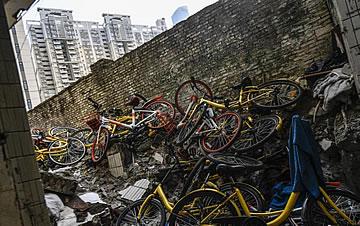 上千辆共享单车被丢弃广州城中村