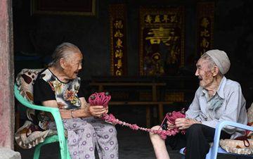 执子之手 与子偕老:百岁老人结婚81年 没分开过一天
