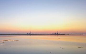 新疆玛纳斯湿地:绝美落日惊艳时光