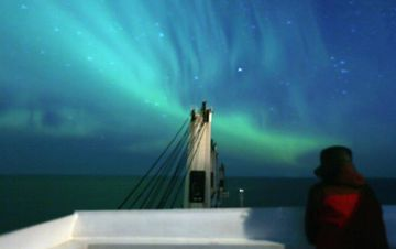 中国商船在挪威海上遇见极光