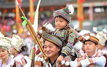 广西融水举办芦笙斗马节