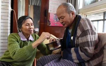 """重庆""""板凳婆婆""""守护瘫痪前夫6年"""
