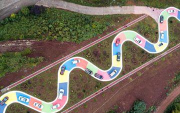 """重庆景区打造彩色""""贪吃蛇""""S型公路"""