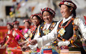 西藏日喀则:载歌载舞迎新年