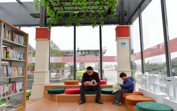 江西南昌首个24小时自助图书馆正式开放