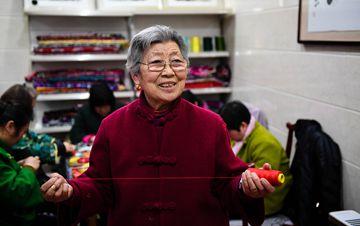 """80岁民间艺人传承""""非遗""""香包 带领村民致富"""