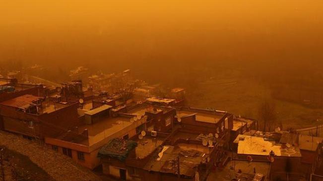 """土耳其遭受沙尘暴袭击 城市秒变""""废土世界"""""""