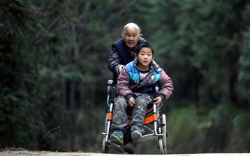 七旬老太送脑瘫孙子上学 4年间每天步行24公里