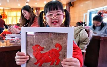 北京:剪窗花卷春饼 欢乐迎春天